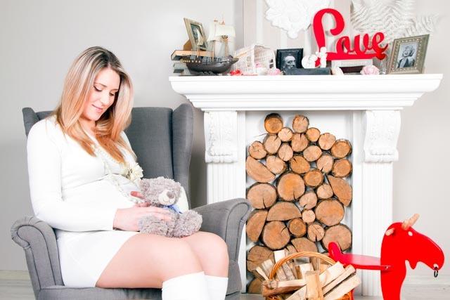Фотосессия беременной в интеръерной фотостудии