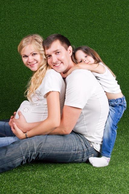 Фотосессия беременной с семьей в студии в Ростове-на-Дону